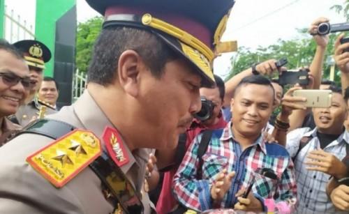 Kapolda Sumut Irjen Pol Agus Andrianto mendapat kejutan dari komunitas wartawan di Taman Makam Pahlawan Bukit Barisan, Jalan Sisingamangaraja Medan, Rabu (3/7/2019). ANTARA