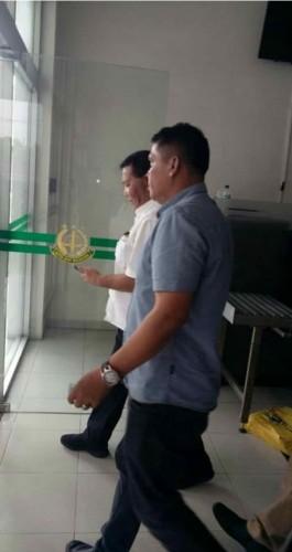 Bupati Mandailing Natal (Madina) Dahlan Hasan Nasution berkemeja putih diperiksa Kejaksaan Tinggi Sumut sebagai saksi dalam dugaan korupsi proyek Tapian Siri-Siri Syariah dan Taman Raja Batu.